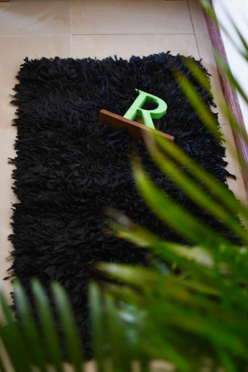 DH007a Black shag rug.jpg